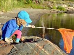 Flicka med håv, Åsvik. Foto: Andreas Wallberg